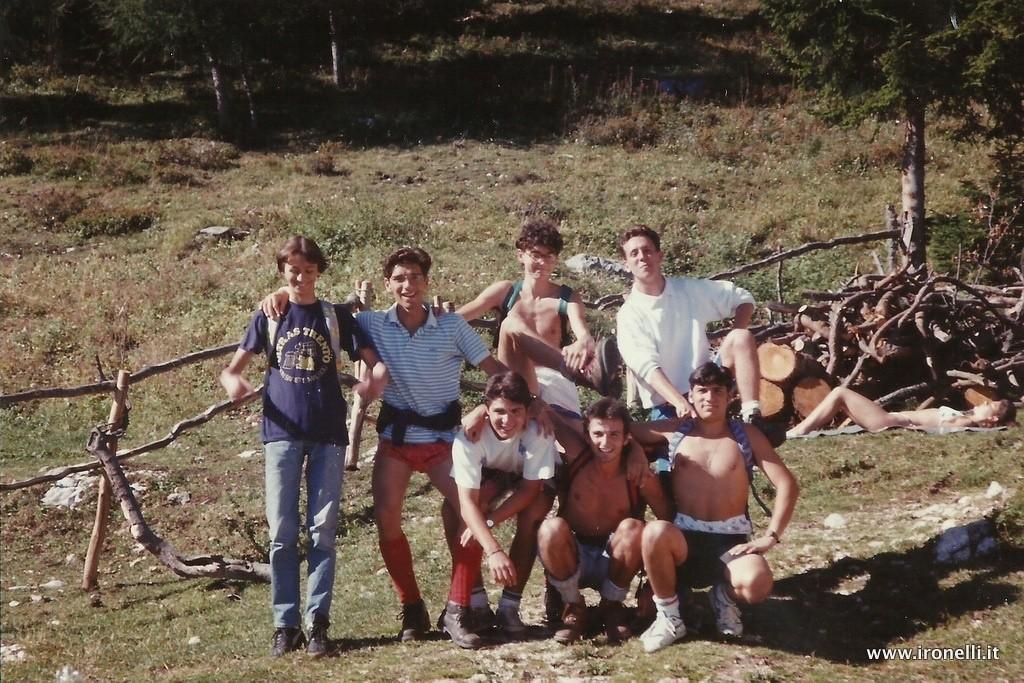Foto in Malga Derocca nel 1990: si riconoscono dei giovani virgulti trentini e non solo
