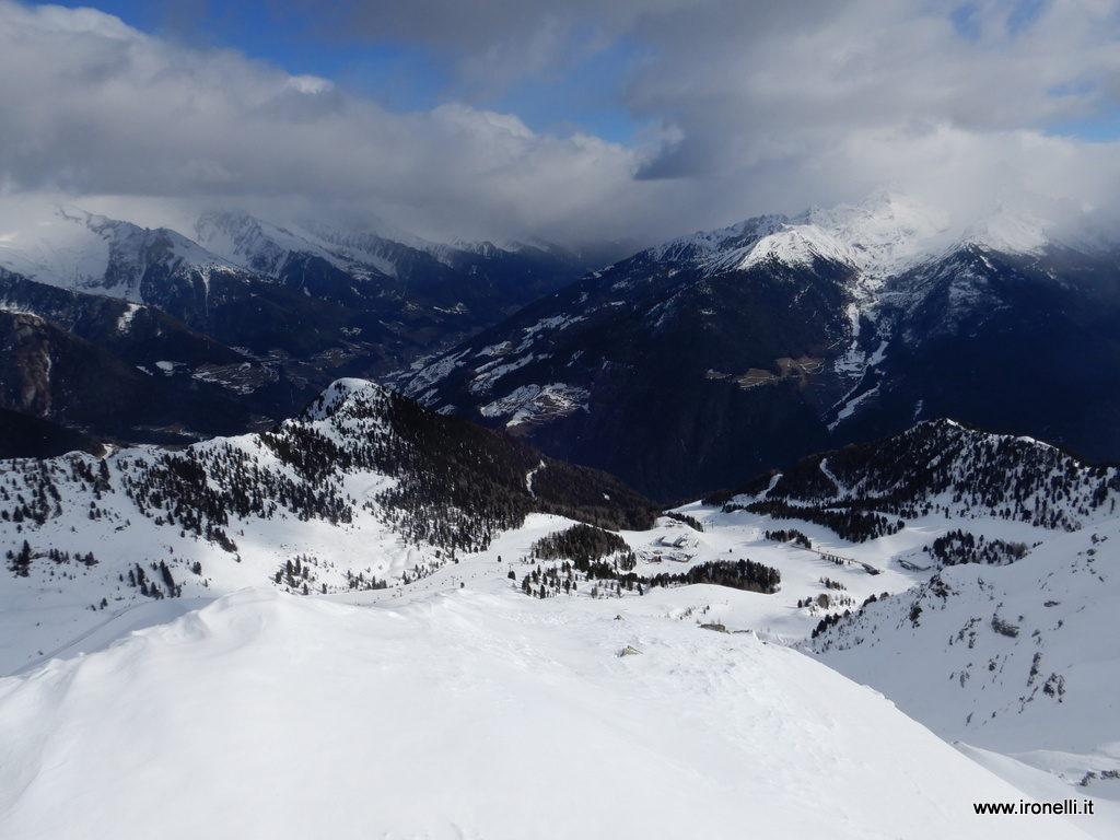 Dalla cima di Speikboden le piste; in fondo la val Aurina continua fino alla vetta di Italia coperta dalle nubi.