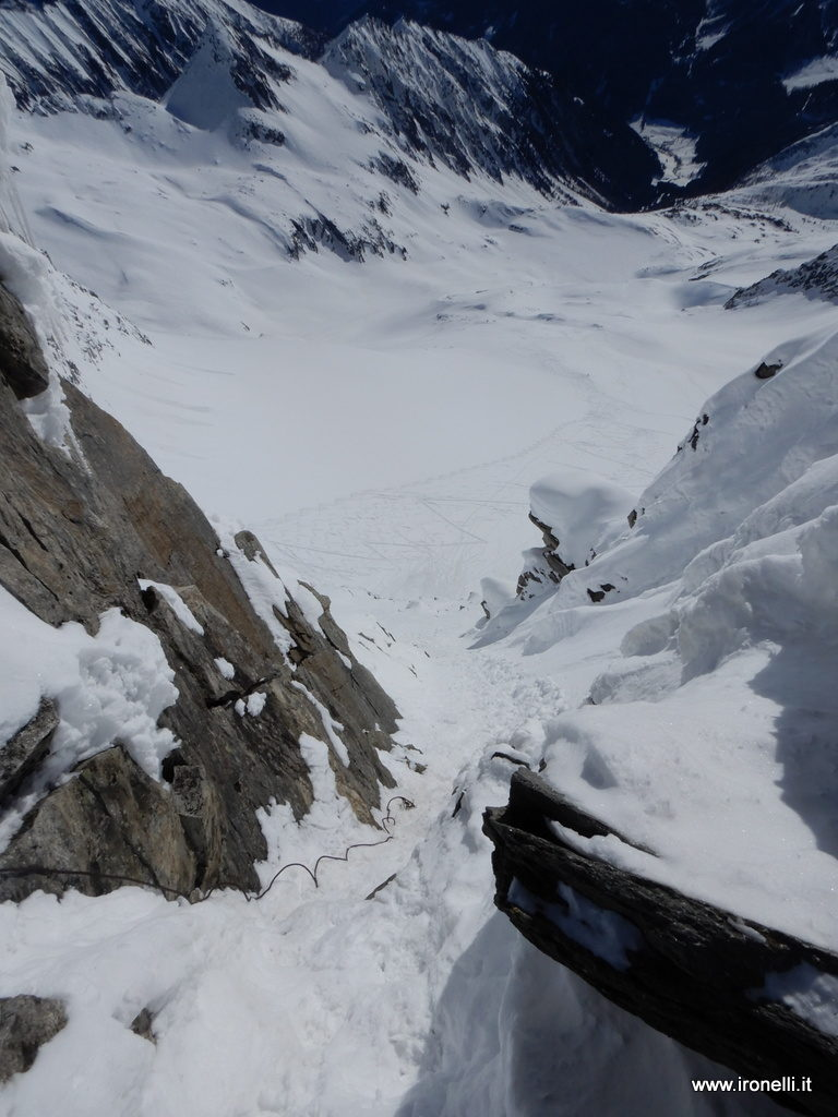 L'ultima parte del canale di accesso alla cima del Turnerkamp; sullo sfondo lo skilift di Riobianco.
