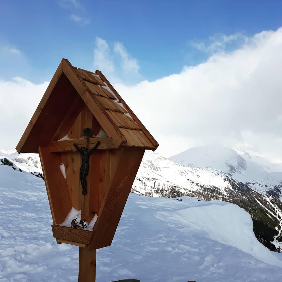 Il cippo al Muhlwalder Joch a 2342 metri, tra Speikboden e Henen. Dietro il TurnerKAmp nascosto dalle nubi.