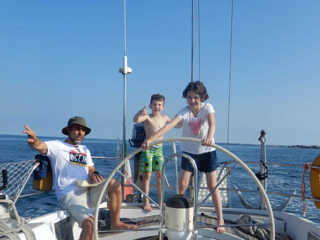 Il Capitano indica la rotta, il timoniere esegue.