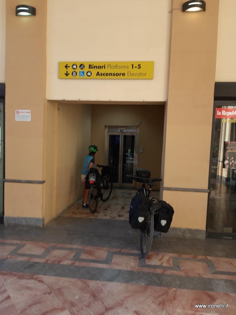 L'ascensore per le bici alla stazione di Agrigento