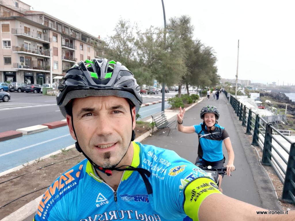 Primi chilometri del viaggio in bici in Sicilia lungo la ciclabile a Catania