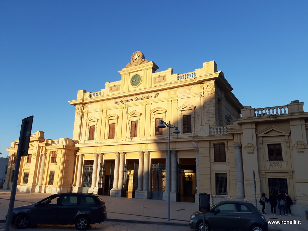La stazione di Agrigento ci attende al mattino
